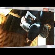 Carla Bruni-Sarkozy lit le journal... à l'envers dans