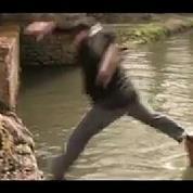 Marc Jolivet tombe dans l'eau en pleine émission