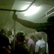 Des passagers filment le métro enfumé de Moscou