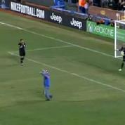Un supporter entre sur la pelouse et tire un penalty