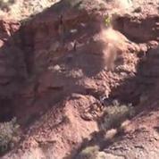 Chute impressionnante d'une falaise en VTT