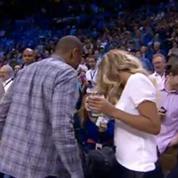 Un fan réussit un panier à 20 000 dollars sous les yeux de Jay-Z et Beyonce