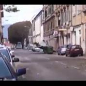 En pleine tempête, un pompier s'envole dans une rue