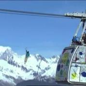 Ils marchent sur un fil à 380 mètres d'altitude