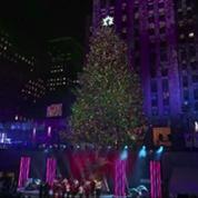 A New York, le célèbre sapin du Rockefeller Center s'illumine