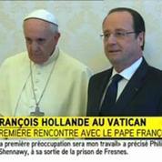 Poignée de main entre Hollande et le pape François