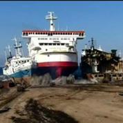 Vidéo impressionante: un ferry fonce droit sur la terre ferme
