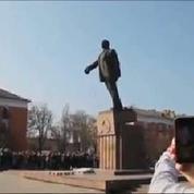 Ukraine : des statues de Lénine détruites