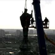 Tours: spectaculaire opération de levage de la statue de Saint-Martin