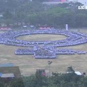 Philippines : 10 000 manifestantes forment le signe de la femme