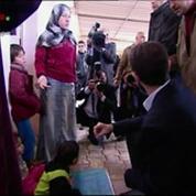 Bachar Al-Assad visite un camp de réfugiés à Damas