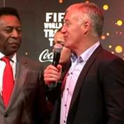 Football / Pelé et le trophée de la Coupe du monde de passage à Paris