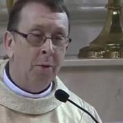 Un prêtre enflamme le web en reprenant