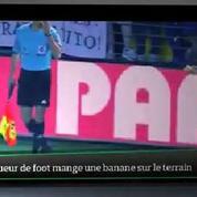 Top Média : un footballeur mange une banane jetée par un supporteur