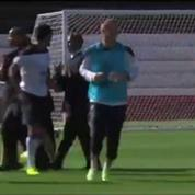 Football / Un supporter enlace Mangala à l'entraînement