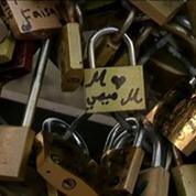 Un grillage du pont des Arts cède sous le poids des cadenas d'amour