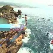 Portugal : jolis plongeons acrobatiques depuis une falaise