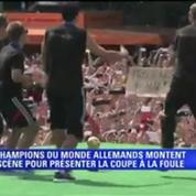 Football / Les Allemands présentent le trophée de la Coupe du monde à la foule