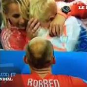 Le (faux) JT du Mondial : un joueur console son fils après le match Pays-Bas - Argentine