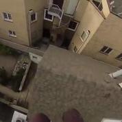 Il se filme sautant d'un toit