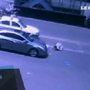 Un motard se relève après une terrible collision