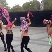 Les Femen sortent des kalachnikovs en plastique sur les Champs-Elysées contre l'EI
