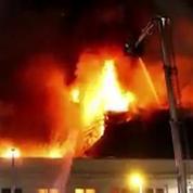 Incendie spectaculaire d'un nightclub en Angleterre