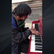 Un sans-abri compose et joue sa musique au piano