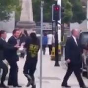 David Cameron bousculé par un homme à Leeds