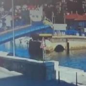 Une voiture saute au-dessus d'un pont levant qui s'ouvre...