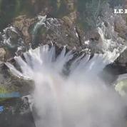 Deux funambules traversent les chutes Victoria sur un fil tendu
