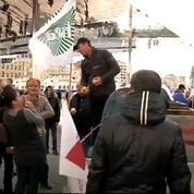 Marseille : les agriculteurs jettent des pommes sur les CRS