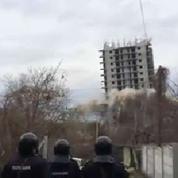 La destruction ratée d'un immeuble en Crimée