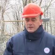 Un ministre serbe se prend un bloc de glace en pleine figure lors d'une interview