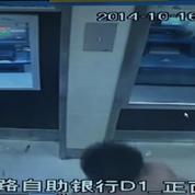 En Chine, un homme ivre s'attaque à des distributeurs automatiques