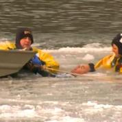 Etats-Unis: un homme sauvé des eaux glacées dans une rivière de l'Iowa