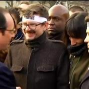 Marche républicaine: Hollande embrasse les familles et les proches des victimes