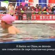 Chine, un festival organise une compétition de nage dans de l'eau glacée