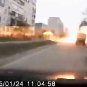 Ukraine : un automobiliste filme les bombardements de Marioupol