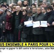 Les proches des victimes défilent avec les noms de leurs proches