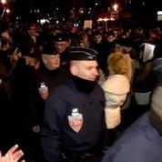 Marche républicaine: les CRS fendent la foule sous les vivats