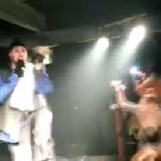 Un rappeur casse le téléphone d'un spectateur en plein concert