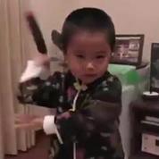A 4 ans, il se prend déjà pour Bruce Lee