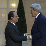 L'embrassade chaleureuse entre Kerry et Hollande