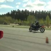 Une Ferrari affronte une moto dans une course