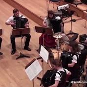 Quand un groupe d'accordéonistes reprend un tube électro des années 1990