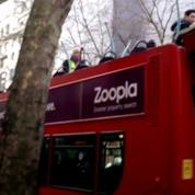 Le toit d'un bus londonien arraché par un arbre