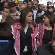 La reine Rania de Jordanie avec les manifestants à Amman