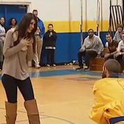 Elle est demandée en mariage par la mascotte d'une équipe de basket