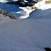 La chute interminable et sur le ventre d'un snowboarder